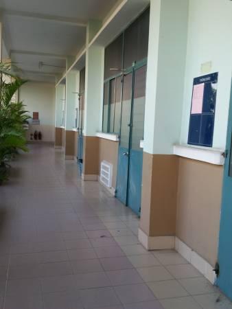 人文社会科学大学の外廊下に面した教室