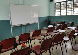 教室内の様子。少人数向けの小さな教室で移動式の椅子と机がセットになっている。